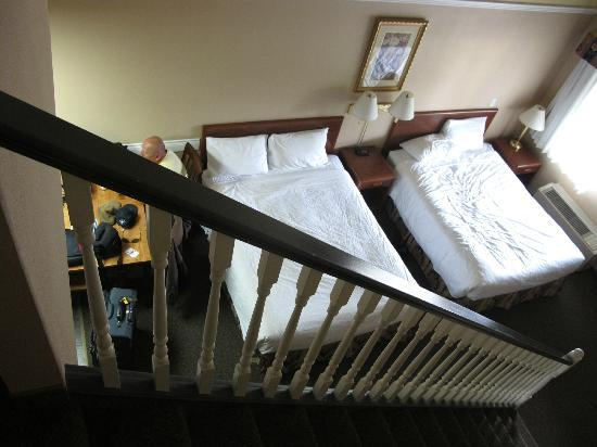 Kelowna Inn & Suites: View of the beds from the loft.