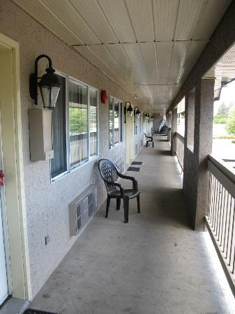 Kelowna Inn & Suites: Walkway outside our unit.