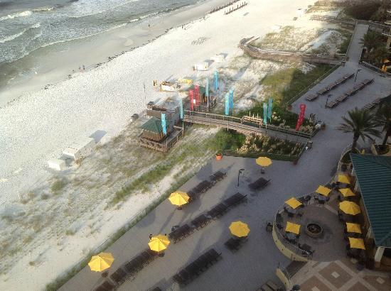 Hilton Sandestin Beach, Golf Resort & Spa: Where the pool area meets the sand meets the sea....