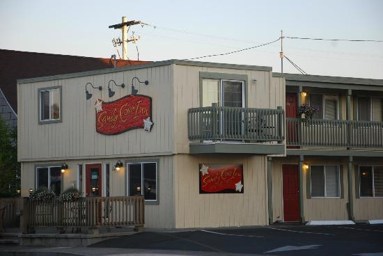 Sandy Cove Inn: View from across the street