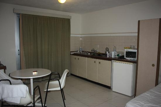 Luna Holiday Complex: dining/kitchen+there was an extra 2 beds in this room
