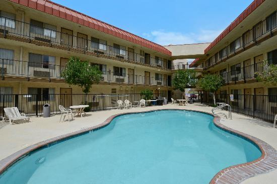 Rodeway Inn & Suites : Swimming Pool
