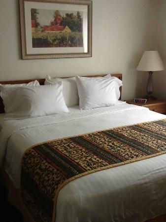 Residence Inn Rockford: The bed is comfortable and clean.