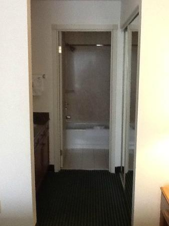 Residence Inn Rockford: Closet hall.