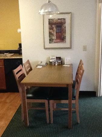 Residence Inn Rockford: Desk/Kitchen Table.