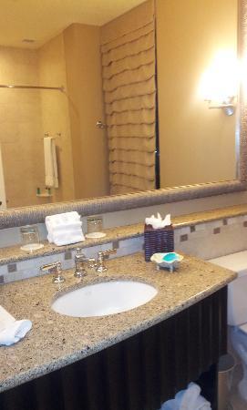 Sandpearl Resort: Spacious bathroom in bay view/cityview room