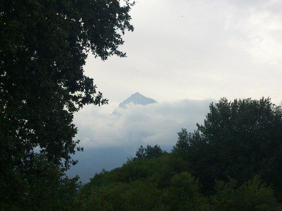 Isola del Gran Sasso d'Italia, Italia: Il Gran Sasso si nasconde