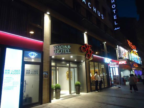 Hotel Stachus: Outside KFC, Pizza Hut and Doner