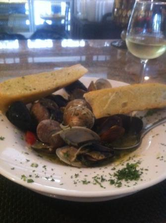 GG's Bistro: mussels and clams w/delicious broth