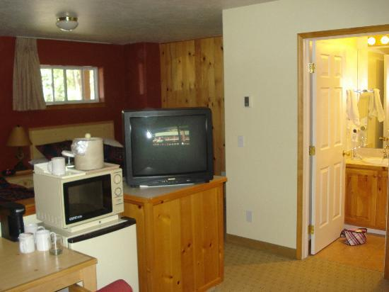 River's Edge Motel: view from living room area to bedroom