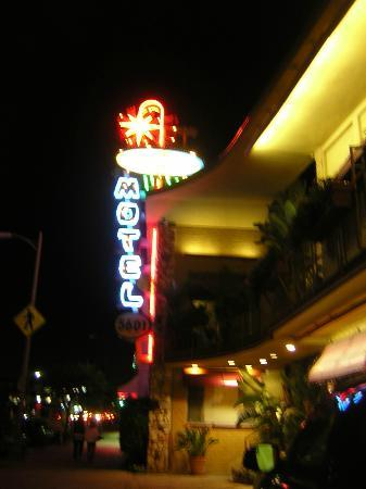 Hollywood Downtowner Inn: Hotel Facade Night
