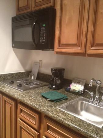 DoubleTree by Hilton Hotel Campbell - Pruneyard Plaza: kitchenette in piazza suite