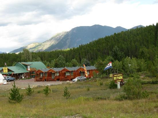Glacier General Store and Cabins: Cabins with the greatest proprietors!