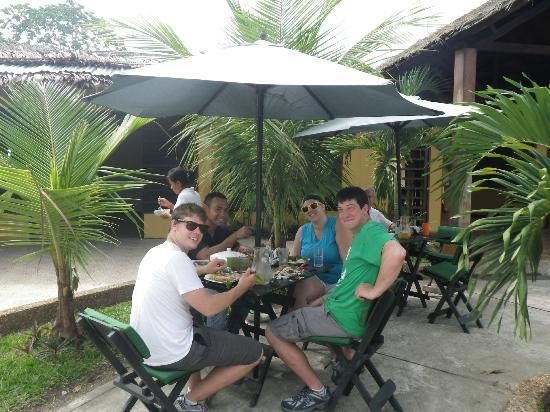 Hotel Amazon Bed & Breakfast : Enjoying the lunch we made with one of our guides