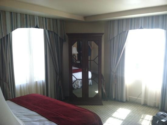 The Hotel Roanoke & Conference Center, a Doubletree by Hilton Hotel: Room 638 Corner King