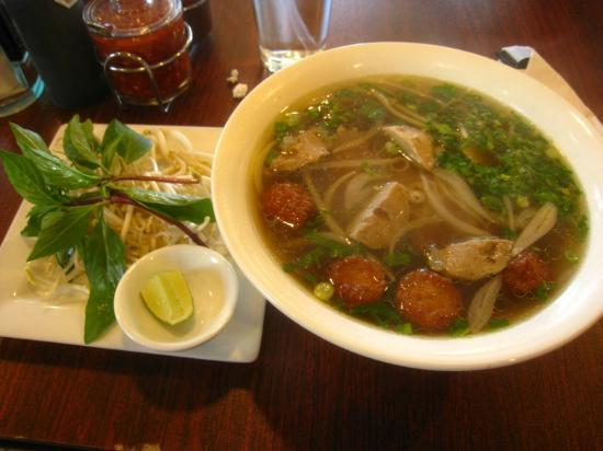 Vivi's Vietnamese Noodle House: beef combination noodle soup with fresh bean sprouts on the side