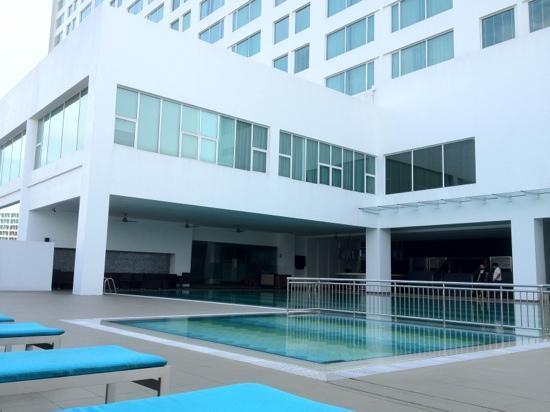 Pullman Kuching: by the pool