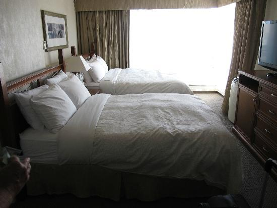 Chateau Victoria Hotel and Suites: Two queen beds.