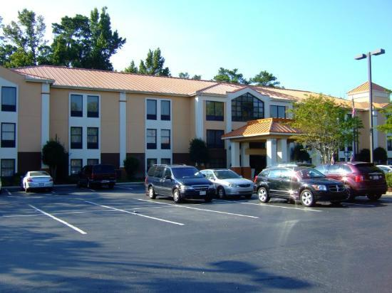 Holiday Inn Express Hotel & Suites: Parking lot
