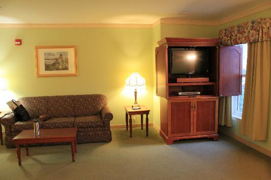 Bar Harbor Grand Hotel: couch/tv area