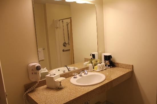 Bar Harbor Grand Hotel: nice big bathroom/ tall sink area