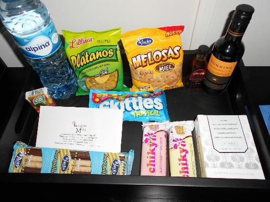 Hotel Laguna Mar: Loved the lil mini bar (so to speak) but i loved that their was a romantic box there as well.