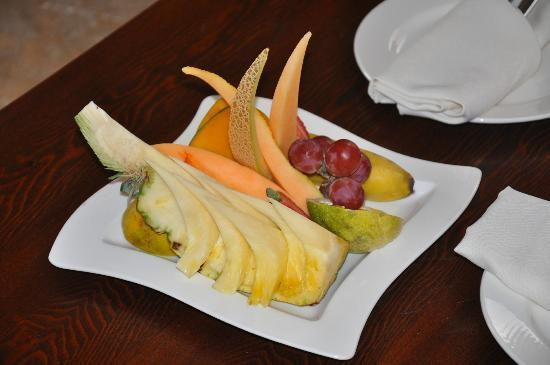 Sanctuary Cap Cana by Playa Hotels & Resorts: Fruit in our room at our arrival.