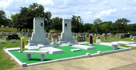 Hank Williams Memorial - Oakwood Annex Cemetery: Another grave view