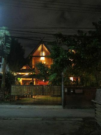 BaanBooLOo Traditional Thai Guest House: BaanBoo LoO at night