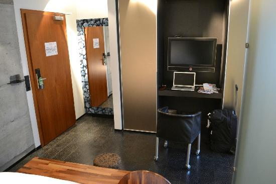 CenterHotel Thingholt: Entrance door, closet and seating area.