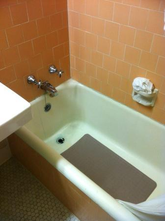 Eureka Inn: View of the bathtub