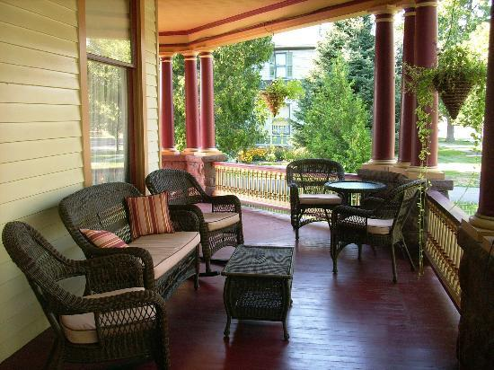1897 Beekman House: Comfy Porch