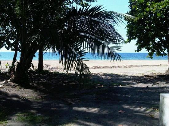 Cabinas Manzanillo: A 100 metros de la playa
