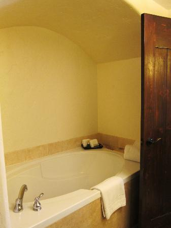 Spanish Garden Inn: extra deep soaker tub rm12