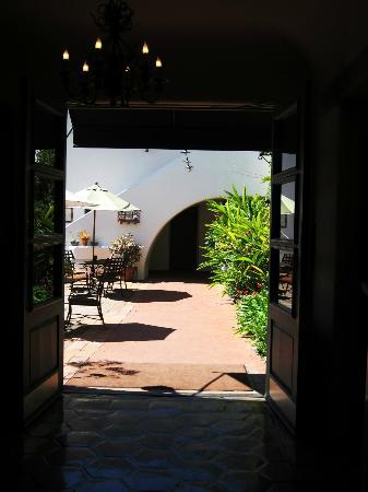 Spanish Garden Inn: to inner courtyard from lobby