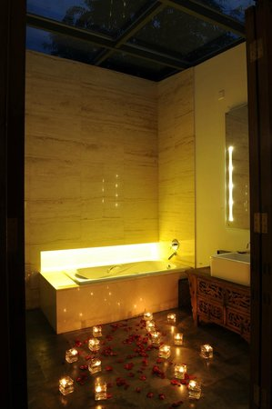 Shichahai Sandalwood Boutique Hotel: sunshine bathroom