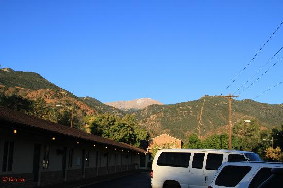 Eagle Motel: Pikes Peak and Manitou Incline view from hotel parking area