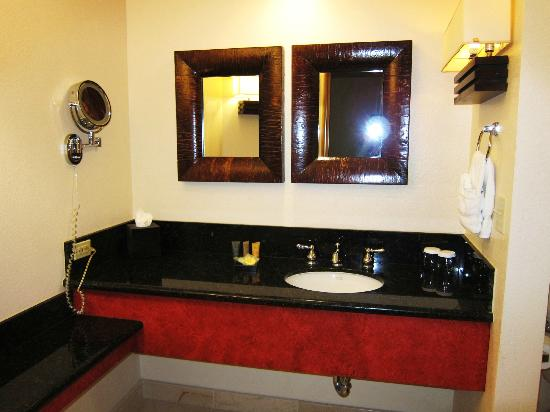 Fountaingrove Inn: vanity