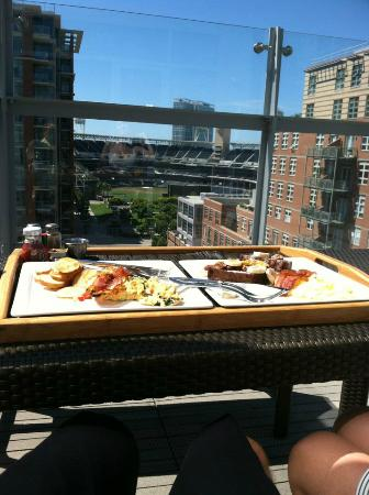 Hotel Indigo San Diego Gaslamp Quarter: Breakfast on the presidential suite terrace