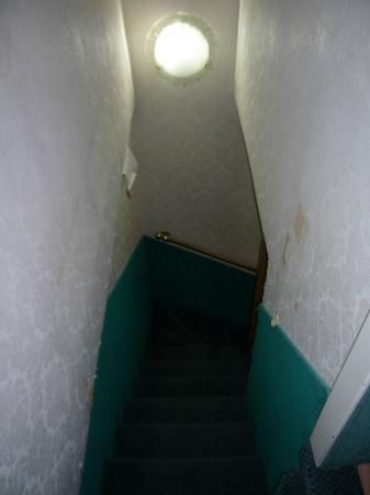 Hotel Antica Casa Carettoni : bajar la maleta por aqui y no morir en el intento