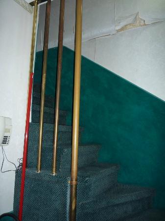 Hotel Antica Casa Carettoni: comodas escaleras