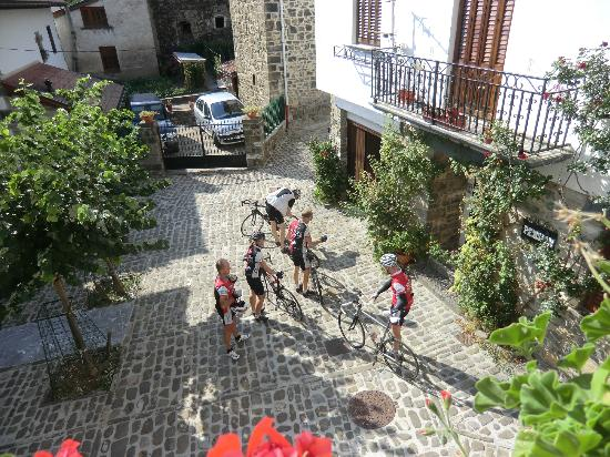 Hostal Apartamentos Onki Xin : unsere Fahrradtruppe im Hof
