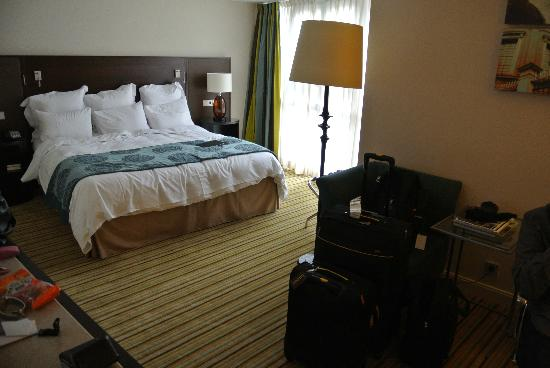 Renaissance Amsterdam Hotel: The good sized room