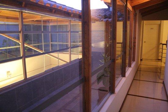 Maytaq Wasin Boutique Hotel: Pasillo hacia las habitaciones con vista a la terraza