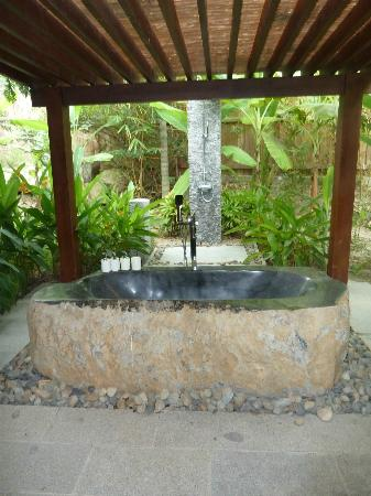 L'Alyana Villas Ninh Van Bay: Outdoor stone bath and shower