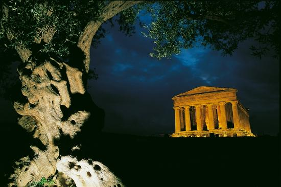 Tempio della Concordia: Concordia by night
