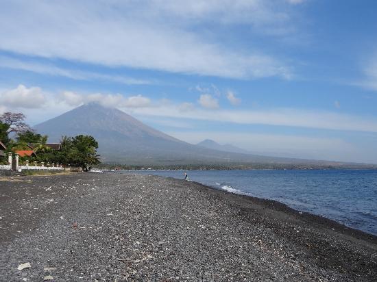 Geria Giri Shanti Bungalows: La plage d'Amed et la vue sur les Volcans Agung et Batur