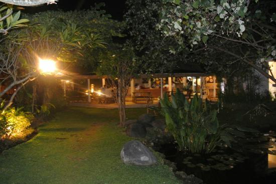 Villa Kresna Boutique Villas: restaurant view from the garden