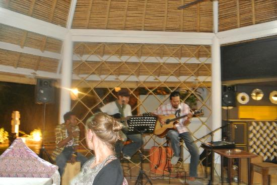 Villa Kresna Boutique Villas: dinner in a relaxed atmosphere companied by cool bands