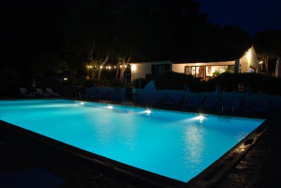 residence Mari di Soli: Piscina by night